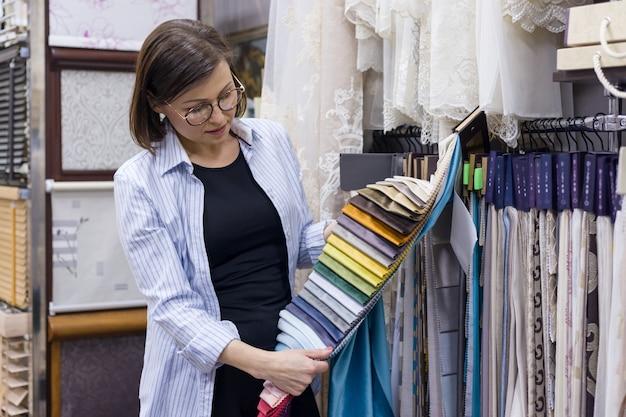 Mulher adulta escolhe tecidos