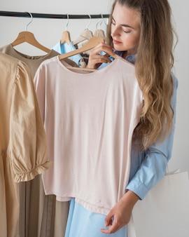 Mulher adulta experimentando roupas