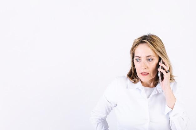 Mulher adulta, falando telefone