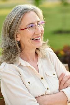 Mulher adulta feliz ao ar livre à tarde