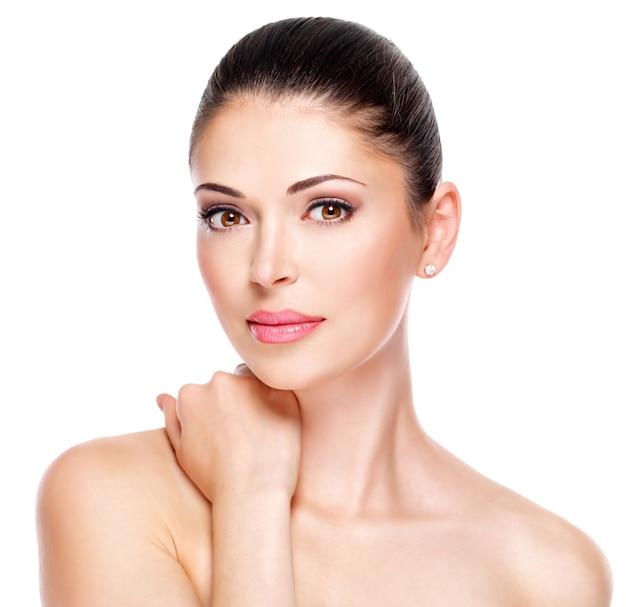 Mulher adulta jovem com rosto lindo - isolado no branco. conceito de cuidados com a pele.