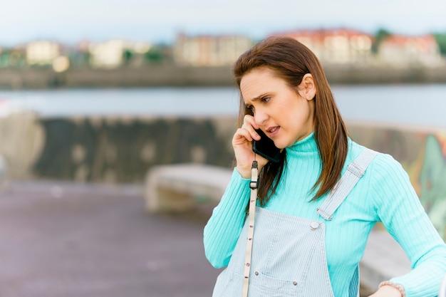 Mulher adulta jovem da geração do milênio conversando no smartphone