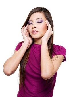 Mulher adulta jovem é concentração isolada no branco