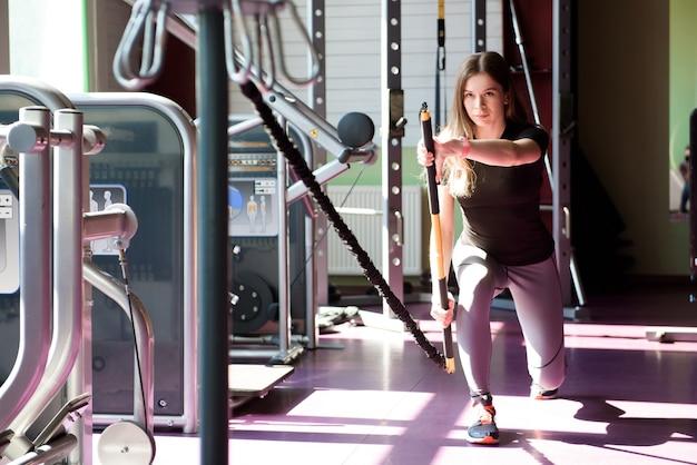 Mulher adulta malhando em uma academia.
