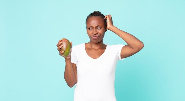 Mulher adulta negra afro-americana segurando uma manga