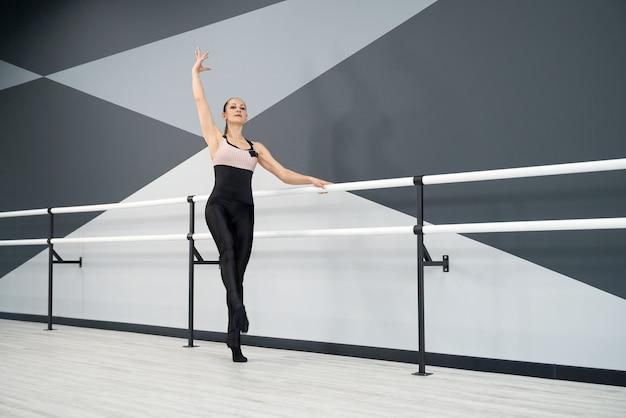 Mulher adulta posando em estúdio de balé