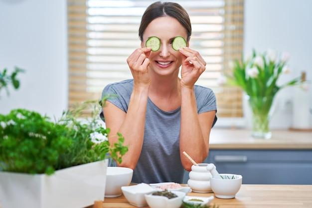 Mulher adulta saudável fazendo cosméticos naturais em casa