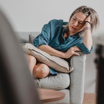 Mulher adulta se estressando em casa Foto gratuita