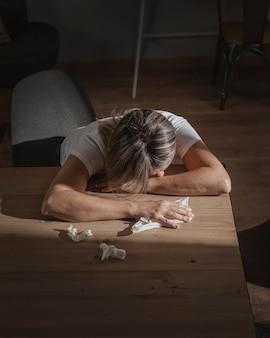 Mulher adulta se estressando em casa