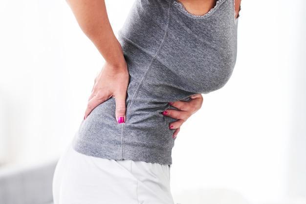Mulher adulta sentindo-se ainda sofrendo de dores menstruais