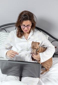 Mulher adulta trabalhando em casa no pijama