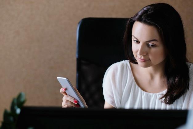 Mulher adulta trabalhando no escritório