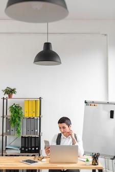 Mulher adulta, verificando móveis no trabalho
