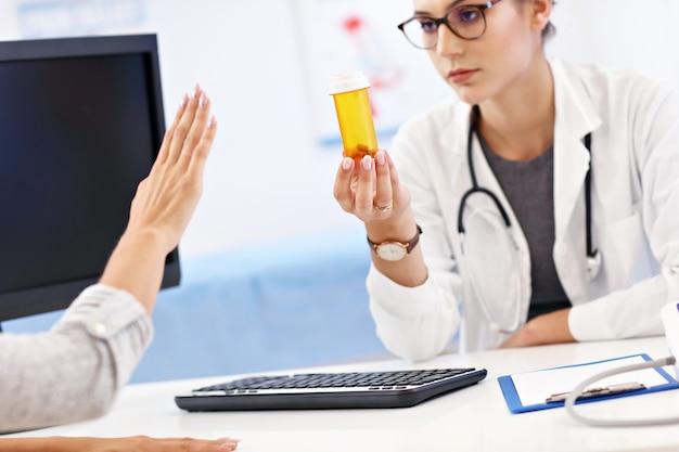 Mulher adulta visitando um consultório médico feminino