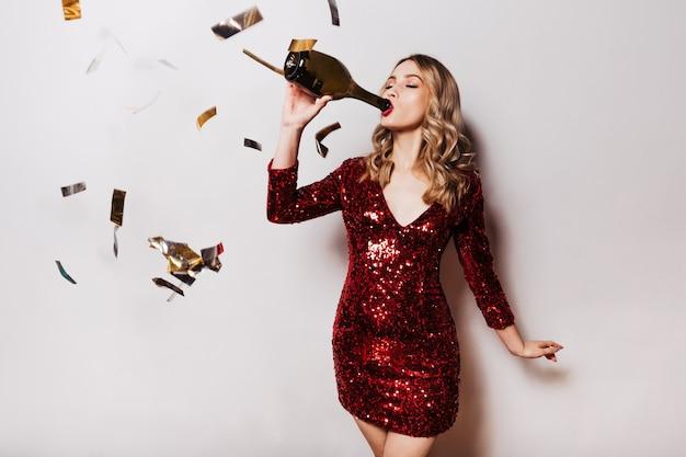 Mulher afável bebendo vinho
