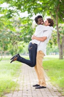 Mulher africana animada pulando para abraçar namorado