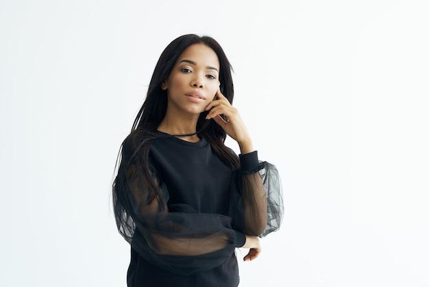 Mulher africana aparência casaco escuro modelo estúdio posando. foto de alta qualidade