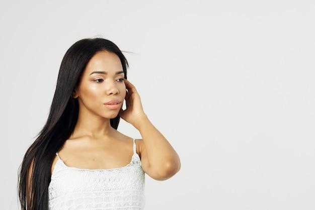 Mulher africana atraente segurando um modelo de maquiagem para o rosto