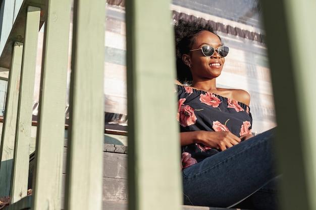 Mulher africana casual, desfrutando de um dia de folga