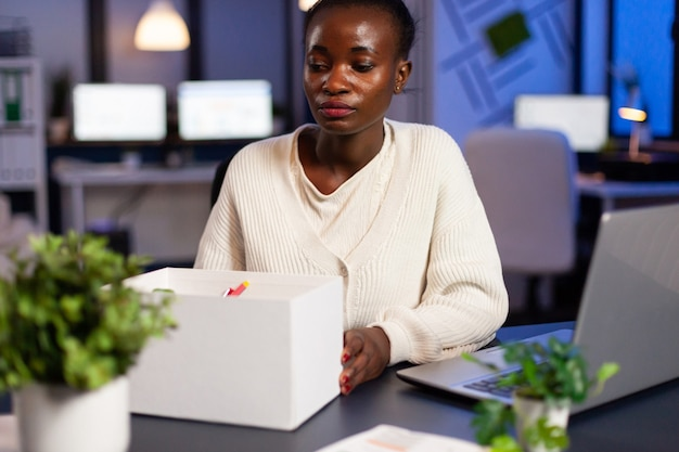 Mulher africana chateada porque foi despedida da empresa, despedida