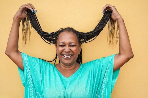 Mulher africana com dreadlocks sorrindo