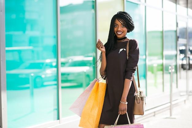 Mulher africana da compra do americano bolsas de lona