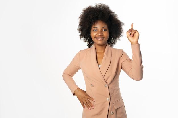 Mulher africana de sucesso com gesto de mão
