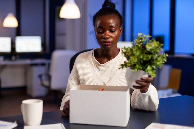 Mulher africana deprimida depois de ser dispensada do trabalho tarde da noite