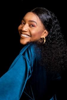 Mulher africana elegante em uma blusa azul elegante