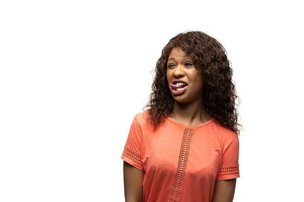 Mulher africana em fundo branco, emoções engraçadas, meme