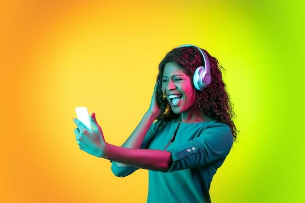 Mulher africana em fundo de estúdio de néon, linda