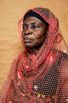 Mulher africana idosa com roupas tradicionais