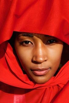 Mulher africana nova atrativa no cocar bonito