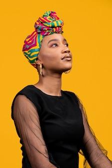 Mulher africana posando e olhando para cima