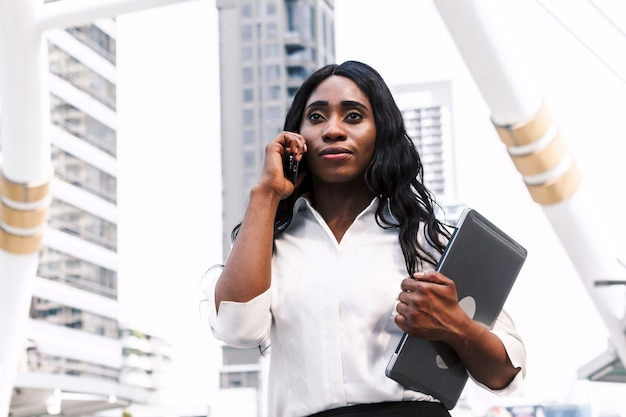 Mulher africana, segurando, computador, laptop