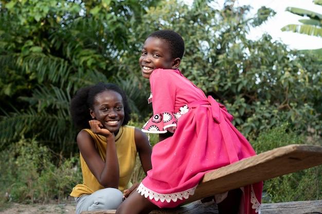 Mulher africana sorridente com foto média e criança