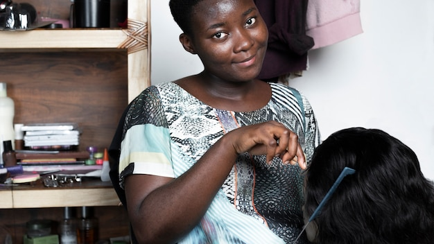 Mulher africana sorridente de close-up