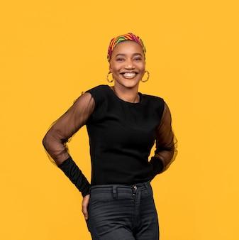 Mulher africana sorridente de vista frontal usando acessórios tradicionais