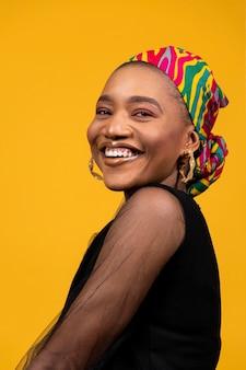 Mulher africana sorridente posando