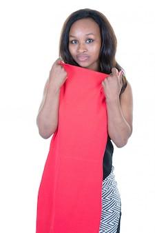Mulher africana tenta novo vestido vermelho olha no espelho