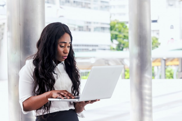 Mulher africana, trabalhando, laptop
