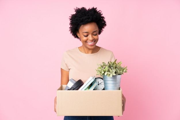 Mulher afro-americana a fazer uma jogada ao pegar uma caixa cheia de coisas