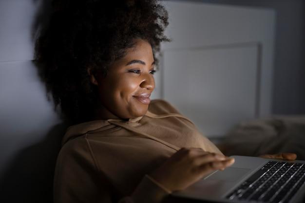 Mulher afro-americana assistindo serviço de streaming