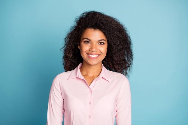 Mulher afro-americana bonita de negócios olhando com um sorriso cheio de dentes