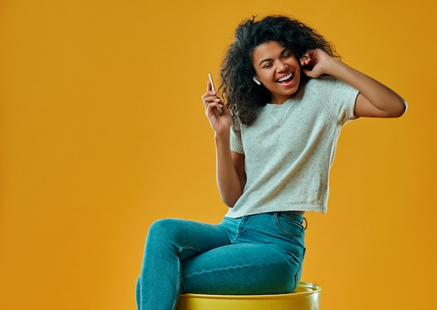 Mulher afro-americana bonita isolada.