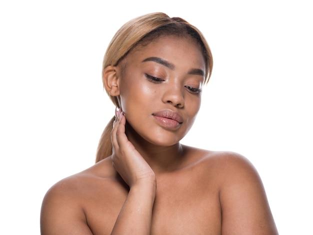 Mulher afro-americana bonita pele saudável cabelo retrato