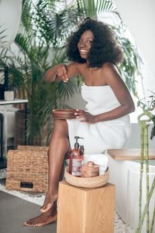 Mulher afro-americana com ombros nus em salão de spa