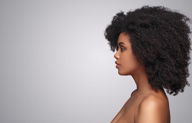 Mulher afro-americana com pele limpa