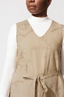 Mulher afro-americana com vestido estampado de coral