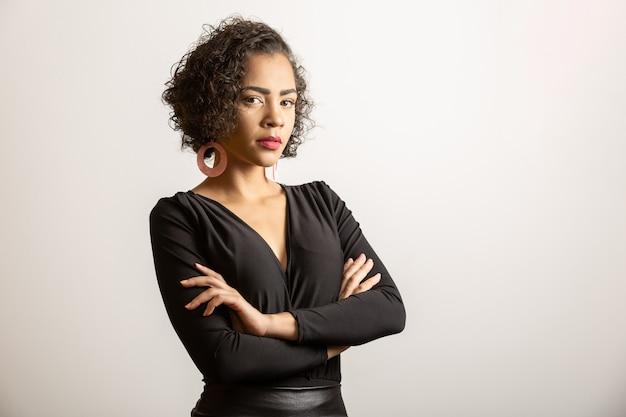 Mulher afro-americana confiante no vestido preto